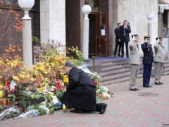 Порошенко и Яценюк  перед  посольством Франции в Украине возложили цветы в память погибших