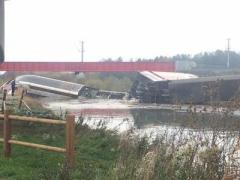 Во Франции очередное несчастье: скоростной поезд сошел с рельсов и рухнул в реку, есть погибшие (ВИДЕО)