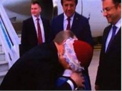 """""""Друг всех детей"""" Путин опять поцеловал мальчика (ВИДЕО)"""