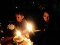 Дети Олега Царева учат в Ялте уроки при свечах