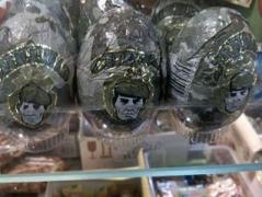 Феерическое импортозамещение: в РФ Kinder-сюрприз заменили шоколадными яйцами «Спецназ» и «Модница» (ВИДЕО)