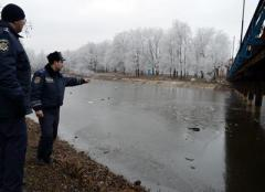 """В Димитрове хождение по перилам закончилось часовым """"купанием"""" в ледяной воде"""