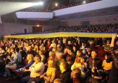 В Николаеве на концерте Тины Кароль по залу плыл 20-метровый флаг Украины (ВИДЕО)