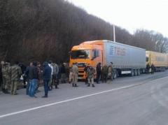 Движение фур с российскими номерами на дорогах Украины продолжают блокировать, а  водителей с георгиевскими лентами - наказывать (ВИДЕО)