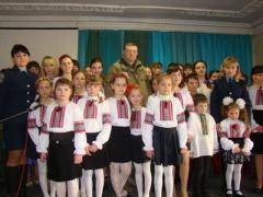 В обстреливаемой Красногоровке дети устроили патриотический праздник