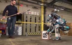 """Boston Dynamics усовершенствовала своего """"терминатора"""" (ВИДЕО)"""