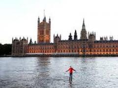 """""""Аки по суху"""": в Лондоне мужчина ходил по воде (ВИДЕО)"""