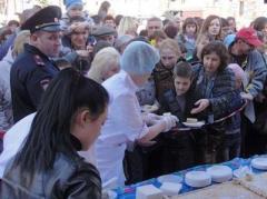 В Симферополе устроили давку из-за бесплатного пирога