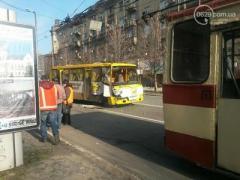 ДТП в Мариуполе: маршрутка столкнулась с троллейбусом