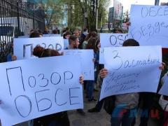В оккупированном Луганске студентов согнали на митинг под офис ОБСЕ
