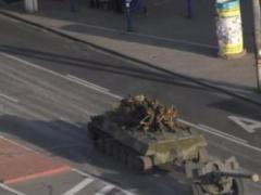 В сети показали, как колонна российской военной техники движется по улицам Луганска (ВИДЕО)