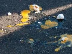 В Мариуполе 9 мая пожилых людей с георгиевскими лентами забросали яйцами