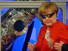 Фото дня: Меркель в терминаторских очках