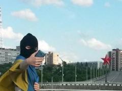 В оккупированном Луганске девушка-патриотка сделала селфи с флагом Украины (ФОТО)