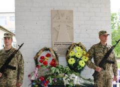 В Славянске открыли мемориальную доску в честь погибшего в небе героя АТО