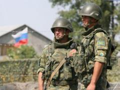 В Луганске жители избили российского военного, который развлекался метанием ножей в дверь дома