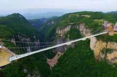 В Китае построили самый длинный стеклянный мост в мире (ВИДЕО)