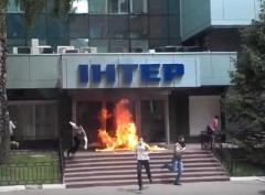 """Неизвестные в масках подожгли офис телеканала """"Интер"""" (ВИДЕО)"""