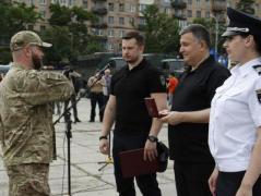 """На площі Свободи у Маріуполі відбулося урочисте нагородження бійців полку """"Азов""""(ФОТО)"""