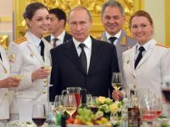 Стареющий Путин покрасовался среди молоденьких девушек