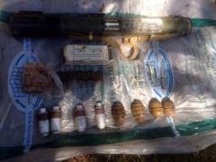 При отработке Торецка силовики обнаружили  целый арсенал оружия, зарытый во дворе (ФОТО)