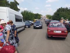 700 авто стояли с утра у двух донбасских КПВВ