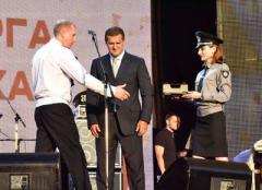 Главный полицейский Донетчины вручил оружие главному металлургу Авдеевки