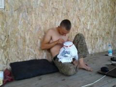 """Фото дня: """"Укро-бандеровский каратєль вишиває хрестиком"""""""