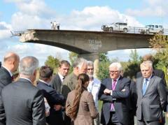 """Надпись на разрушенном мосту """"красноречивее всех слов"""" - европейские политики своими глазами хотели увидеть Донбасс"""