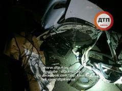 В Киеве в результате ДТП машину разорвало напополам