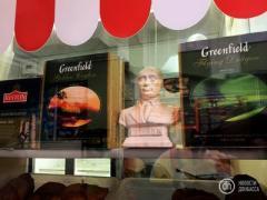 """В оккупированном Донецке бюст """"благодетеля"""" Путина выставили в пирожковой на Южном автовокзале"""