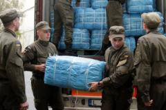 Нацгвардейцы передали гуманитарную помощь переселенцам в Святогорске