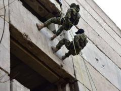 На Донетчине полицейский спецназ пошел на штурм (ВИДЕО)