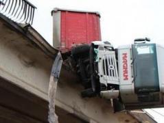 В оккупированном Донецке в результате ДТП тягач протаранил мост и завис в воздухе