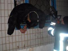 В Краматорске матерый преступник  не смог унести ноги с места грабежа: застрял в оконной решетке