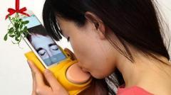 Создан гаджет для передачи поцелуев через смартфон
