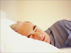 Теплая ванна, носки и отказ от гаджетов - ученые назвали условия для хорошего сна для людей среднего возраста