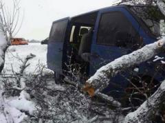 В Донецкой области микроавтобус сбил маму с дочкой, женщина погибла