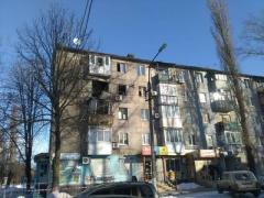 Многоквартирный дом в Авдеевке, в который вчера попал снаряд, разрушается, жителей будут отселять