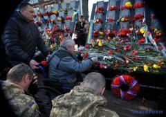 Сегодня украинцы молятся у монумента Героев Небесной Сотни и несут к нему цветы.