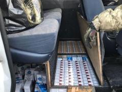 """На КПВВ """"Майорское"""" пограничники обнаружили партию контрабандных сигарет на 300 тыс грн (ФОТО, ВИДЕО)"""