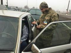 На КПВВ на линии разграничения пограничники обнаружили патроны и косметику