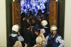 Парламент одной из европейских стран захватили протестующие. ВИДЕО
