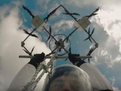 В Латвии парашютист впервые в мире прыгнул с дрона (ВИДЕО)
