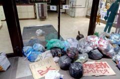 Во Львове магазин Roshen забросали пакетами с мусором