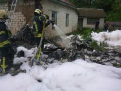 В Чернигове одноместный самолет упал на жилой дом