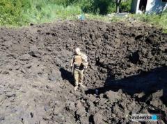 Снаряды, выпущенные боевиками по пригороду Авдеевки, оставляют гигантские воронки