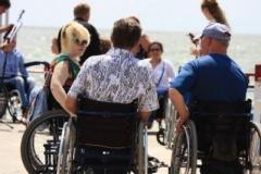 Мариупольцы с инвалидностью открыли пляжный сезон