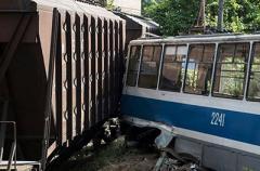 В Днепре поезд налетел на трамвай с пассажирами: есть погибшие и раненые. ВИДЕО