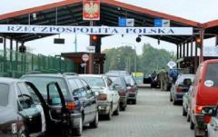 На границе с Польшей массово продают места в автомобильной очереди